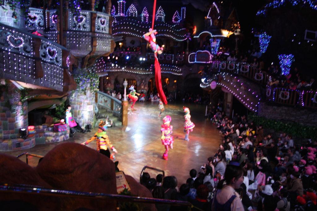 ピューロランド パレード 天井からダンサー