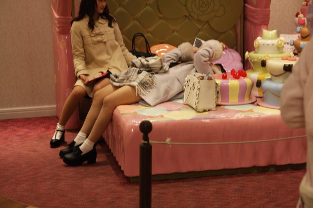 レディキティハウスで寝転ぶ女子